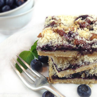 Pecan Crumble Blueberry Shortbread: buttery shortbread layered with blueberries and crunchy pecan crumble topping. For all the blueberry lovers!
